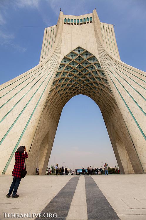 azadi_tower_tourists_2